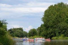 Μη αναγνωρισμένοι άνθρωποι που συντάσσουν στον ποταμό Βάνταα στο να επιπλεύσει μπύρας Kaljakellunta φεστιβάλ στο Ελσίνκι, Φινλανδ στοκ εικόνες