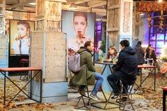 Μη αναγνωρισμένοι άνθρωποι που χαλαρώνουν με τους φίλους στα τρόφιμα Festiva οδών Στοκ φωτογραφίες με δικαίωμα ελεύθερης χρήσης