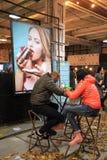 Μη αναγνωρισμένοι άνθρωποι που χαλαρώνουν στο φεστιβάλ τροφίμων οδών στο Κίεβο, UK Στοκ φωτογραφίες με δικαίωμα ελεύθερης χρήσης