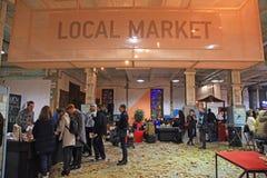 Μη αναγνωρισμένοι άνθρωποι στην τοπική αγορά στο φεστιβάλ τροφίμων οδών στο Κ Στοκ φωτογραφίες με δικαίωμα ελεύθερης χρήσης