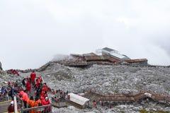 Μη αναγνωρισμένοι άνθρωποι στο βουνό χιονιού Yulong στοκ φωτογραφία