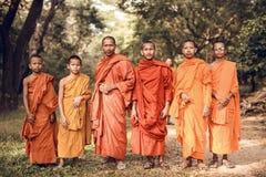 Μη αναγνωρισμένοι βουδιστικοί μοναχοί σε Angkor Wat σύνθετο Στοκ Φωτογραφία