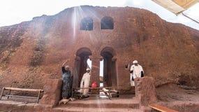 Μη αναγνωρισμένοι προσκυνητές σε μια από τις παλαιές εκκλησίες βράχου από Lalibela Στοκ φωτογραφία με δικαίωμα ελεύθερης χρήσης
