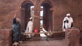 Μη αναγνωρισμένοι προσκυνητές σε μια από τις παλαιές εκκλησίες βράχου από Lalibela Στοκ Φωτογραφίες