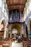 Μη αναγνωρισμένοι τουρίστες και ντόπιοι στην εκκλησία της ιερής τριάδας σε stratford-επάνω-Avon στοκ εικόνα