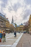Μη αναγνωρισμένοι τουρίστες κοντά Palais de Justice de Παρίσι, Sainte Chapelle στο αριστερό, Παρίσι, Γαλλία Στοκ φωτογραφία με δικαίωμα ελεύθερης χρήσης