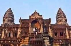Μη αναγνωρισμένοι τουρίστες που αναρριχούνται σε ένα σκαλοπάτι στο ναό Angkor Wat Στοκ φωτογραφία με δικαίωμα ελεύθερης χρήσης
