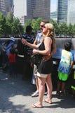 Μη αναγνωρισμένοι τουρίστες που παίρνουν selfie στο εθνικό μνημείο 911 στο σημείο μηδέν στοκ εικόνες με δικαίωμα ελεύθερης χρήσης