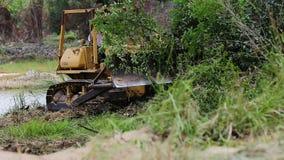 Μη αναγνωρισμένος εκσακαφέας ελέγχου εργαζομένων στο γκρέιντερ εκσκαφέων που αφαιρεί το έδαφος φιλμ μικρού μήκους