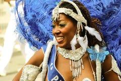 Μη αναγνωρισμένος εξωτικός συμμετέχων χορευτών σε τροπικό καρναβάλι στο Παρίσι στοκ φωτογραφίες με δικαίωμα ελεύθερης χρήσης