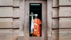 Μη αναγνωρισμένος ιερέας σε μια από τις παλαιές εκκλησίες βράχου από Lalibela Στοκ φωτογραφία με δικαίωμα ελεύθερης χρήσης
