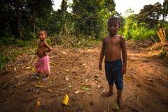Μη αναγνωρισμένος ουρακοτάγκος Asli παιδιών στο χωριό του σε Berdut, Μαλαισία Στοκ εικόνες με δικαίωμα ελεύθερης χρήσης