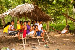 Μη αναγνωρισμένος ουρακοτάγκος Asli παιδιών στο χωριό του στις 8 Απριλίου 2013 σε Berdut, Μαλαισία Στοκ φωτογραφία με δικαίωμα ελεύθερης χρήσης