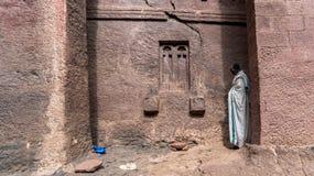 Μη αναγνωρισμένος προσκυνητής σε μια από τις παλαιές εκκλησίες βράχου από Lalibela Στοκ Εικόνες