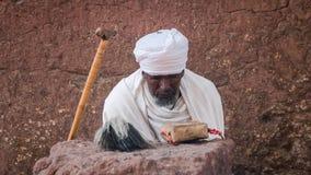 Μη αναγνωρισμένος προσκυνητής σε μια από τις παλαιές εκκλησίες βράχου από Lalibela Στοκ Φωτογραφία