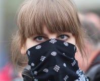 Μη αναγνωρισμένος συμμετέχων του αριστερού έλους στην κεντρική πόλη, για να διαμαρτυρηθεί ενάντια στον κανόνα του Vladimir Putin Στοκ φωτογραφία με δικαίωμα ελεύθερης χρήσης