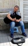 Μη αναγνωρισμένος τύπος που παίζει bagpipe για να κερδίσει τα χρήματα στην οδό Istiklal Στοκ εικόνα με δικαίωμα ελεύθερης χρήσης