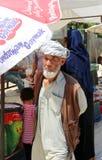 Μη αναγνωρισμένο αφγανικό άτομο που περπατά στην αγορά αγροτών Στοκ φωτογραφία με δικαίωμα ελεύθερης χρήσης