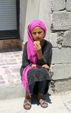 Μη αναγνωρισμένο αφγανικό κορίτσι που κάθεται και που τρώει ένα μπισκότο Στοκ εικόνες με δικαίωμα ελεύθερης χρήσης