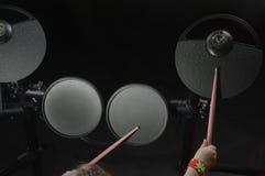 Μη αναγνωρισμένο καυκάσιο ηλεκτρονικό τύμπανο παιχνιδιού μικρών κοριτσιών Τοπ όψη Στοκ Φωτογραφίες