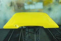 Μη αναγνωρισμένο μέρος του παλαιού αυτοκινήτου workshop do paint στην εργασία στοκ φωτογραφία με δικαίωμα ελεύθερης χρήσης