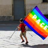 Μη αναγνωρισμένο παιδί με τη σημαία ουράνιων τόξων με στοκ εικόνα