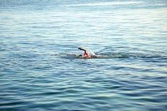 Μη αναγνωρισμένο παιδί που κολυμπά στην ανοικτή θάλασσα Στοκ φωτογραφία με δικαίωμα ελεύθερης χρήσης