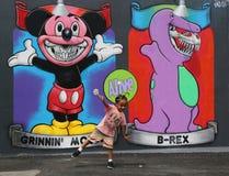 Μη αναγνωρισμένο παιδί στο μέτωπο της mural τέχνης στους νέους τοίχους τέχνης κουνελιών έλξης τέχνης οδών Στοκ φωτογραφία με δικαίωμα ελεύθερης χρήσης