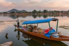 Μη αναγνωρισμένο kashmiri πωλώντας παντοπωλείο ατόμων για τους τουρίστες από τη βάρκα του στη λίμνη Nagin στο Σπίναγκαρ στοκ εικόνες