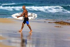 Μη αναγνωρισμένο Surfer συναγωνίζεται το υπέρ γεγονός τίτλου Quiksilver & κόσμων της Roxy Στοκ Φωτογραφία