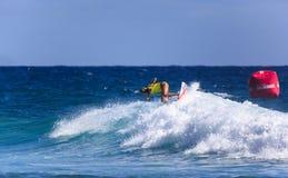 Μη αναγνωρισμένο Surfer συναγωνίζεται το υπέρ γεγονός τίτλου Quiksilver & κόσμων της Roxy Στοκ Εικόνες