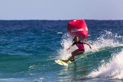 Μη αναγνωρισμένο Surfer συναγωνίζεται το υπέρ γεγονός τίτλου Quiksilver & κόσμων της Roxy Στοκ φωτογραφία με δικαίωμα ελεύθερης χρήσης