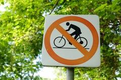 Μη-ανακυκλώνοντας σύμβολο με το υπόβαθρο φύσης Στοκ εικόνα με δικαίωμα ελεύθερης χρήσης