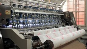 Μη υφανθείσα ράβοντας γενική μηχανή για την κατασκευή προϊόντων μαξιλαριών στο εργοστάσιο απόθεμα βίντεο