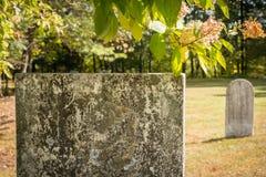 Μη χαρακτηρισμένες ταφόπετρες σε ένα ηλιόλουστο νεκροταφείο Στοκ Εικόνες