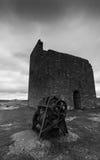 Μη χρησιμοποιούμενες κτήριο και μηχανή στο ορυχείο κισσών σε γραπτό Στοκ εικόνα με δικαίωμα ελεύθερης χρήσης