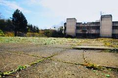 Μη χρησιμοποιούμενο κτήριο και σπασμένα μπουκάλια γυαλιού σε Wester Hailes Εδιμβούργο στοκ φωτογραφία