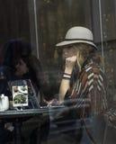 Μια άγνωστη γυναίκα κάθεται σε έναν καφέ του Σικάγου Στοκ φωτογραφία με δικαίωμα ελεύθερης χρήσης