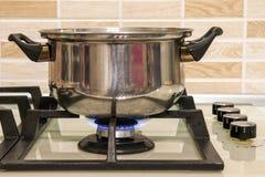 μια άλλες ανασκοπήσεις που ψαλιδίζουν τη μόνιμη χρησιμοποίηση σομπών δοχείων μονοπατιών μετάλλων κουζινών εικόνας φλογών μαγειρέμ Στοκ φωτογραφίες με δικαίωμα ελεύθερης χρήσης