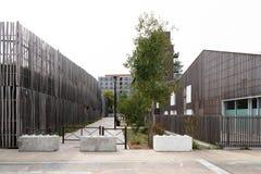 Μια άλλη αλέα με τη βλάστηση στο κέντρο πόλεων μεταξύ της οικοδόμησης και του σχολείου στοκ εικόνα με δικαίωμα ελεύθερης χρήσης