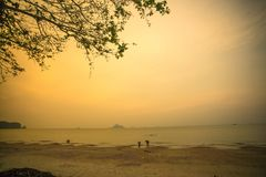 Μια άλλη πλευρά στο χρόνο ηλιοβασιλέματος στην παραλία Noppharat Thara, krabi-Ταϊλάνδη στοκ εικόνες