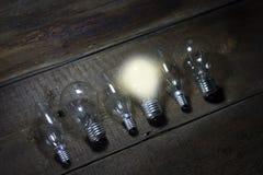 Μια λάμπα φωτός που σταθερή και που καίγεται μεταξύ άλλων Στοκ εικόνες με δικαίωμα ελεύθερης χρήσης