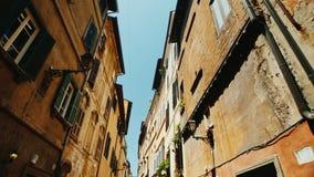 Μια άνετη στενή οδός στο παλαιό ιστορικό μέρος της Ρώμης Ευρύς πυροβολισμός φακών Steadicam απόθεμα βίντεο