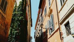 Μια άνετη στενή οδός στο παλαιό ιστορικό μέρος της Ρώμης Ευρύς πυροβολισμός φακών Steadicam φιλμ μικρού μήκους