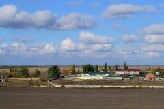 Μια άποψη άνωθεν ενός μικρού ρωσικού χωριού τοπίο αγροτικό Τομέας και χωριό Ένα ημι-εγκαταλειμμένο χωριό Στοκ Εικόνες