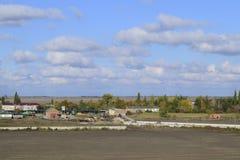 Μια άποψη άνωθεν ενός μικρού ρωσικού χωριού τοπίο αγροτικό Τομέας και χωριό Ένα ημι-εγκαταλειμμένο χωριό Στοκ Εικόνα