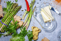 Μια άποψη άνωθεν σχετικά με μια επιτραπέζια σύνθεση κουζινών Φρέσκο σύνολο συστατικών γευμάτων των βιταμινών σε ένα γκρίζο υπόβαθ Στοκ εικόνες με δικαίωμα ελεύθερης χρήσης