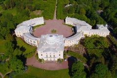Μια άποψη άνωθεν του Pavlovsk παλατιού, ηλιόλουστη αεροφωτογραφία απογεύματος Μαΐου στοκ φωτογραφία με δικαίωμα ελεύθερης χρήσης