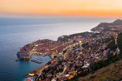 Μια άποψη άνωθεν Dubrovnik με το παλαιό μέρος της πόλης κατά τη διάρκεια ενός φωτεινού ζωηρόχρωμου ηλιοβασιλέματος Στοκ Εικόνα