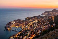 Μια άποψη άνωθεν Dubrovnik με το παλαιό μέρος της πόλης κατά τη διάρκεια ενός φωτεινού ζωηρόχρωμου ηλιοβασιλέματος Στοκ Φωτογραφίες
